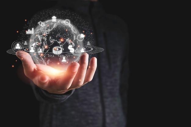 グラフのドル記号などのビジネスアイコンと仮想グローバルネットワークを持っている手。人工知能分析ビッグデータを利用した事業投資変革は重要です。