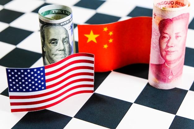 Доллар и юань банкноты с флагами сша и китая