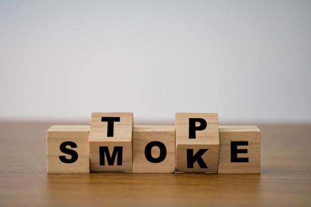 Перевернутый блок деревянных кубиков, на которых напечатан экран, бросает курить до хорошего состояния здоровья.