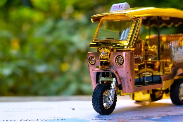 交通マスコットであるバンコクの美しい三輪車タクシー。