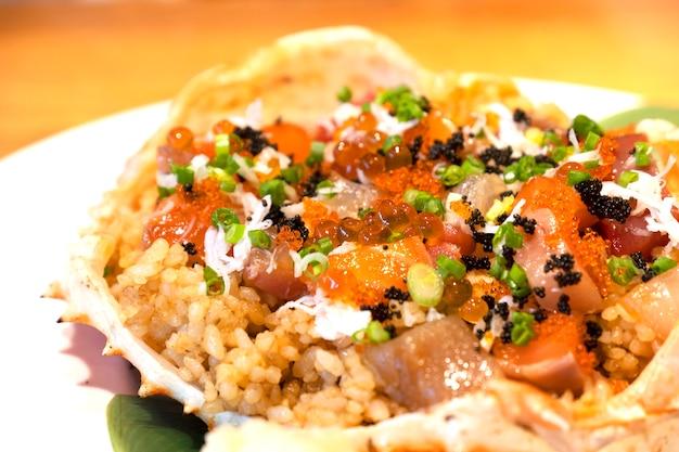 蟹の卵とノミの鮭の貝殻料理の揚げた米を閉じます。