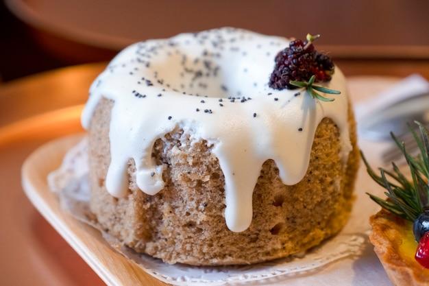 上の白いバニラとブルーベリーとおいしいケーキを閉じます。