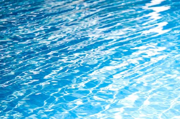 抽象的な背景とテクスチャのプール水の美しい青と白。