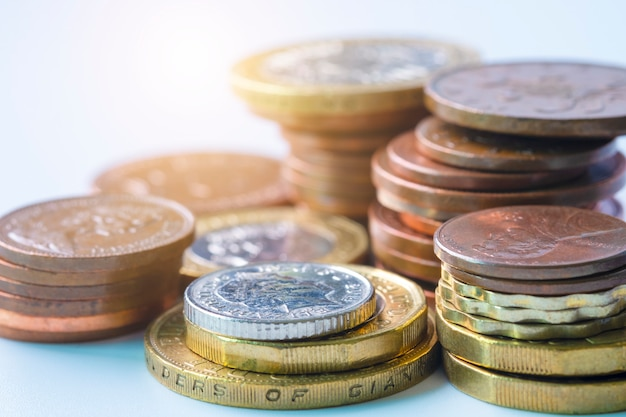 新聞の為替レートに英ポンドの硬貨の積み重ねのクローズアップ