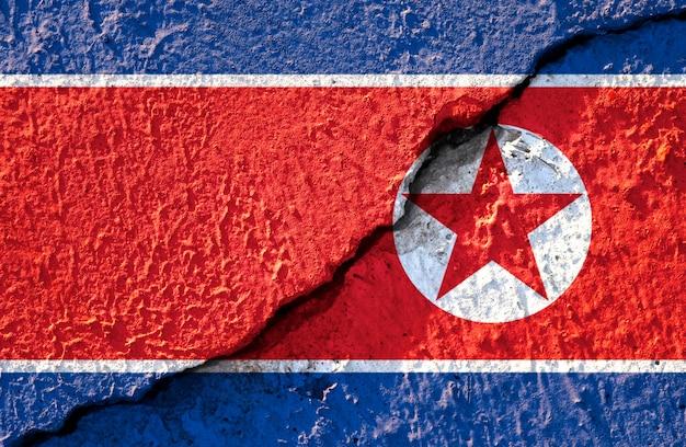 背景の北朝鮮国旗の亀裂