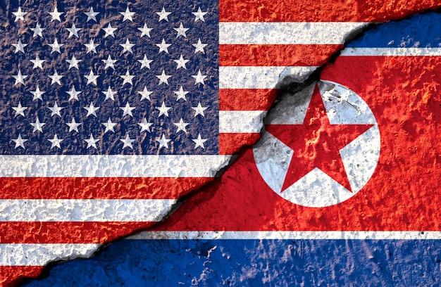 アメリカの国旗と北朝鮮の国旗にひびの入った
