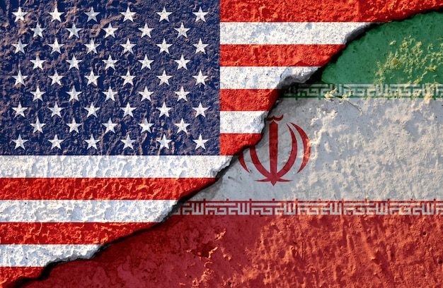 Флаг сша и иран на поврежденной стене