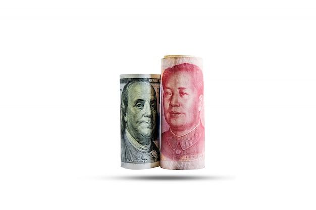 アメリカと中国の国旗とアメリカドルと元紙幣