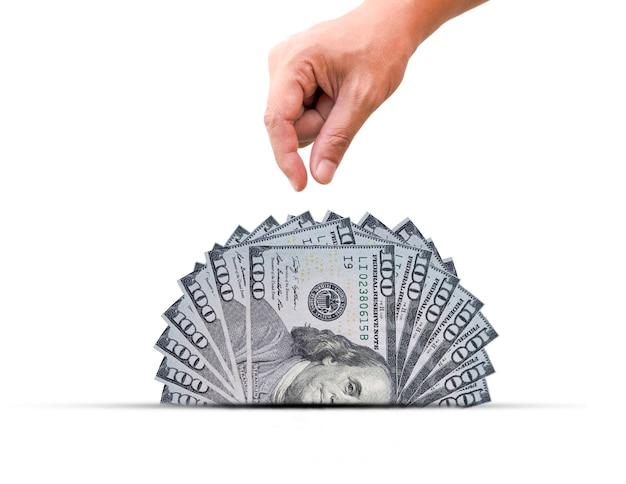 手で米ドル紙幣の半分を引き出します。米ドルは世界的な通貨であり、他の通貨との交換に人気があります。