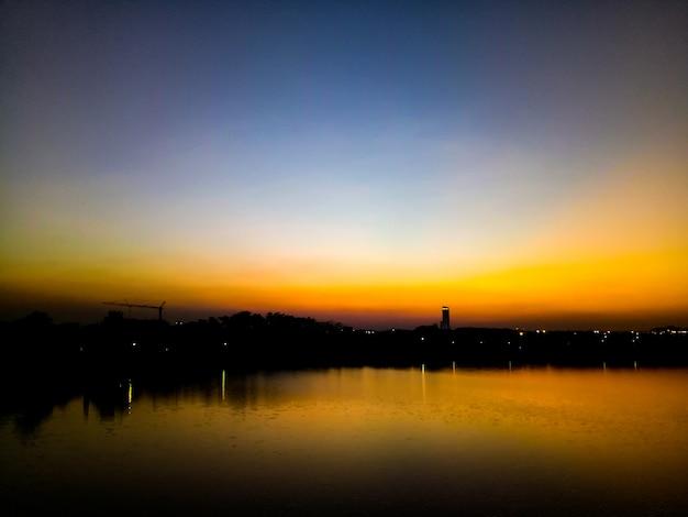 夕焼け湖オレンジ背景