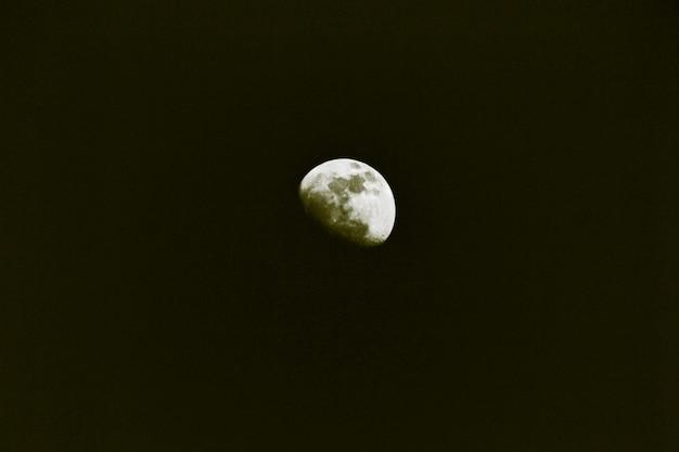 半月の背景/地球を周回する天体。太陽系。