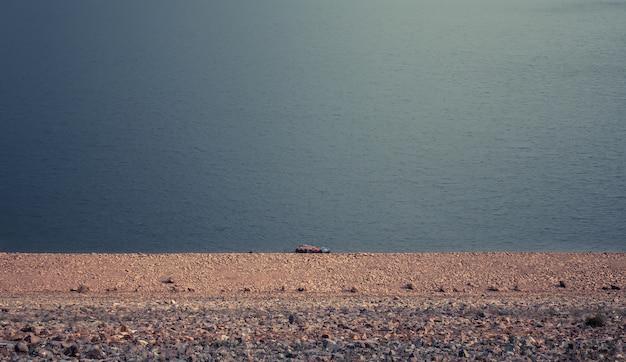 海岸の自然の背景の近くのきれいな海の水の平面図