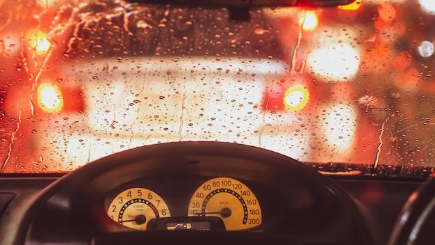 大都会の交通の間に雨