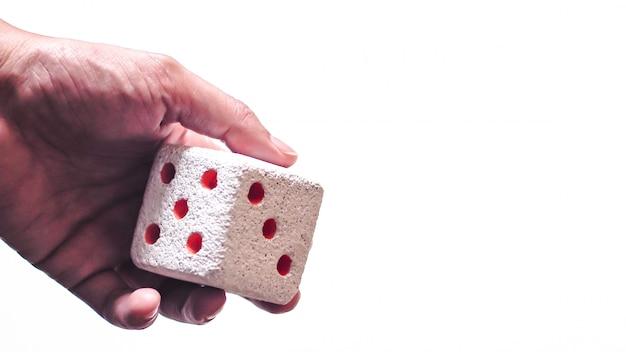 Рука и игральные кости. рука бросает кубики. выборочный фокус. кость размыта из-за движения. бросить кости
