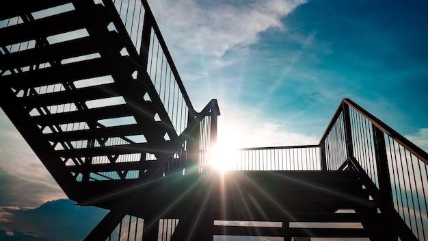 太陽光線と夏の青い空