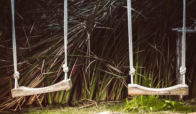 公園の木製ブランコ