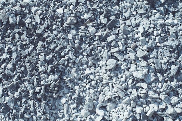 Маленькие базальтовые камни укладывают фон