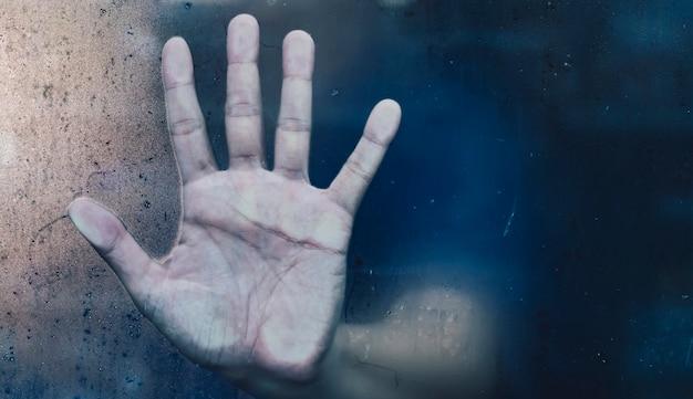Идея концепции помощи хеллоуина руки ужаса