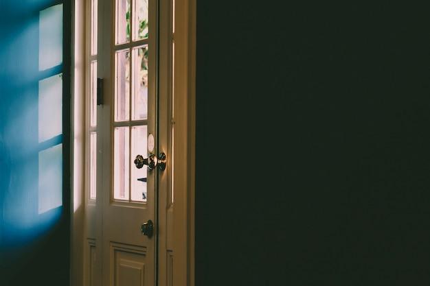 ドアを通って影、黒い壁