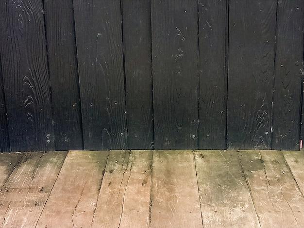 暗い背景の古い木製のテーブル