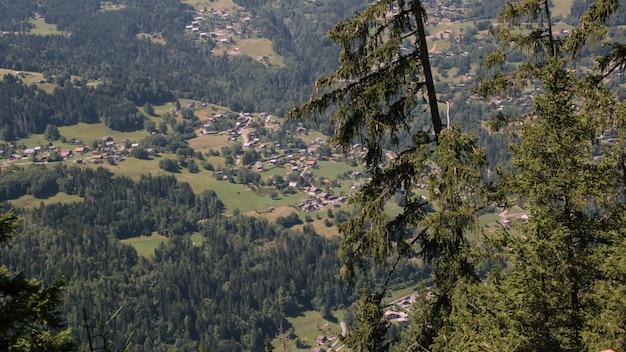 劇的な空を持つ山岳地域のフランスの農村風景