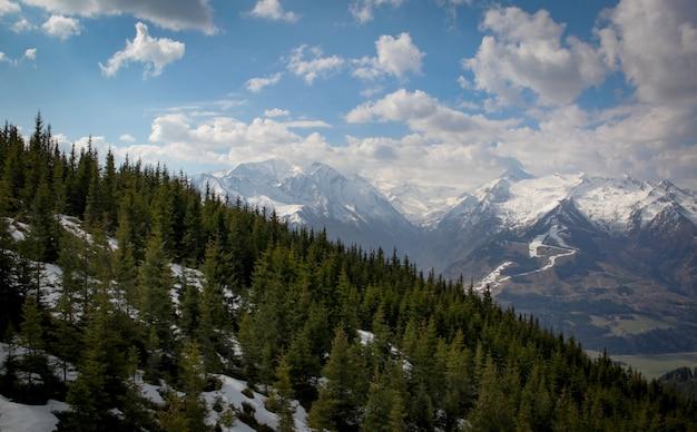オーストリアアルプスで雪が消えています
