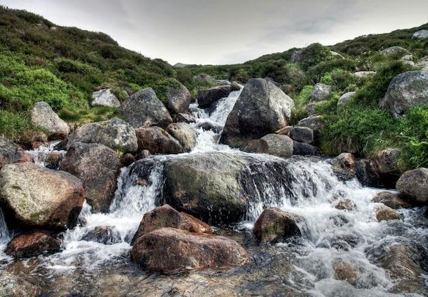 厳しい気象条件での大まかなスコットランドの風景