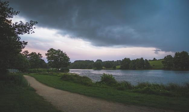 Озеро с деревьями на закате