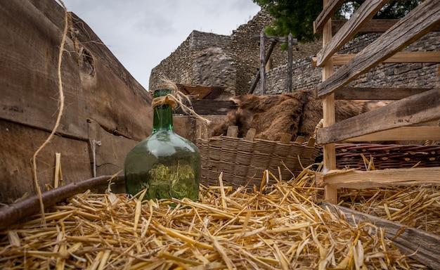 干し草ワゴン、フランスの城の上の緑色のガラスフラスコ