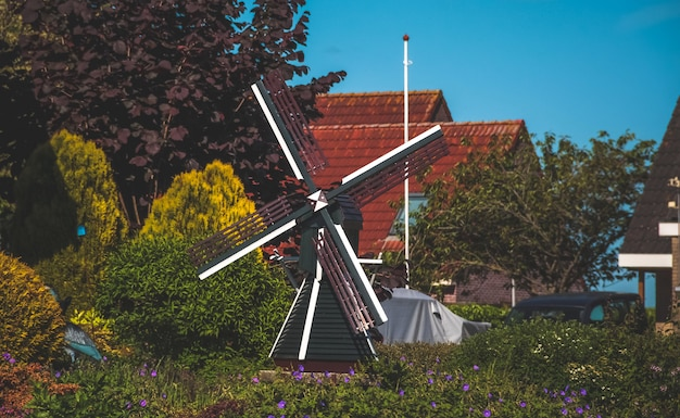 Небольшая голландская деревянная мельница в саду