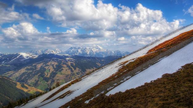 春のオーストリアのアルプス