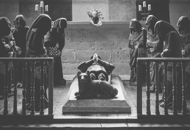 葬儀で祈る修道士