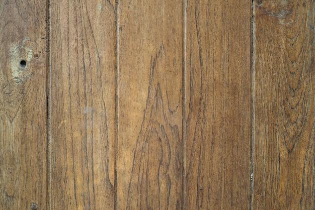 古い木の板には時間の跡があります。