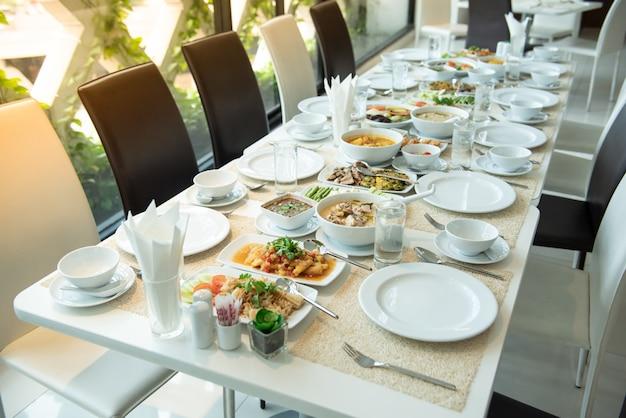 タイ料理を食べる準備ができてテーブルの上に置く