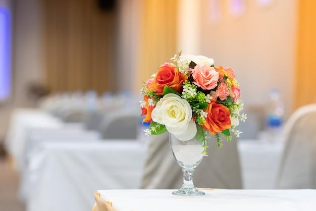 Красивый букет цветов размещен в номере
