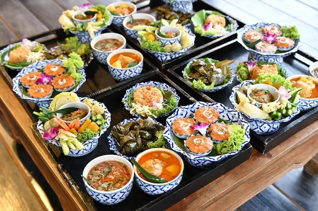 新鮮な野菜のチリとカレーは外国人観光客のために提供されます。