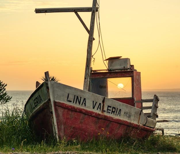 Лодка на траве на закате