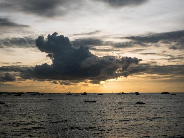 夕暮れの海。