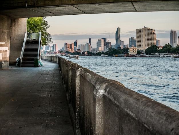 橋の下に。