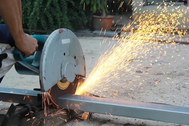 火花が飛ぶ金属管を切る。