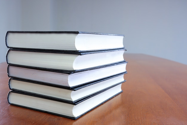 テーブル上の本のスタック。