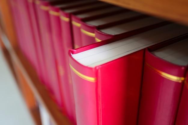 ライブラリの棚の上に赤い本のスタック。
