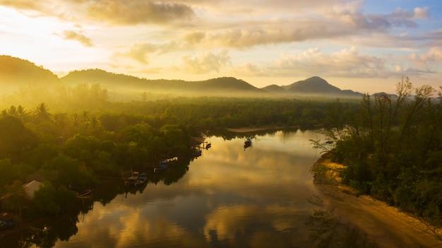 Река выходит к морю и утреннему свету.