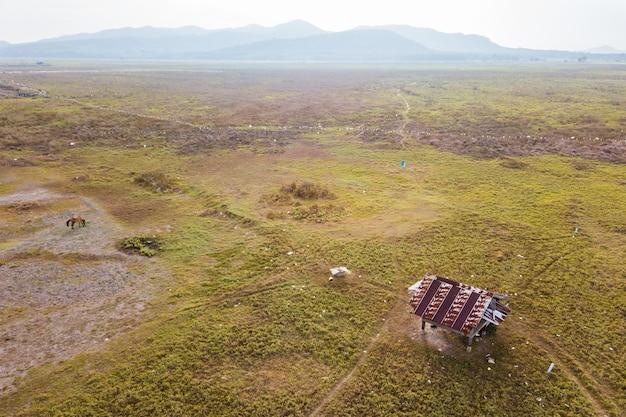 牧草地の空撮コテージ