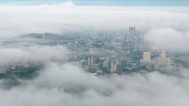 朝の街の霧の朝