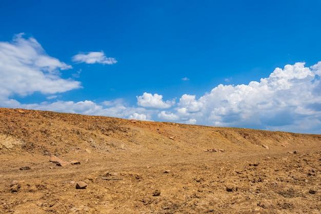 Глобальное потепление засушливых земель с голубым небом и облаками