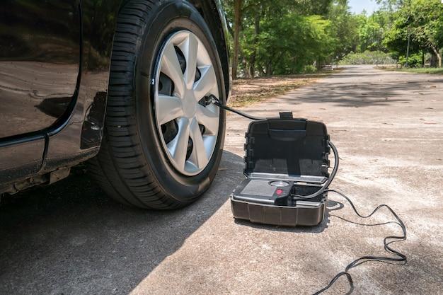 車のポータブル空気圧機械。