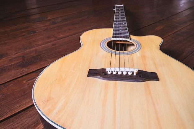 テーブルの上のアコースティックギターの楽器
