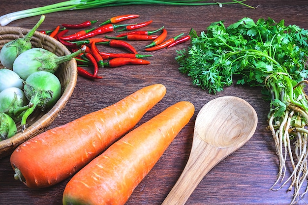 健康食品。木製の背景に野菜