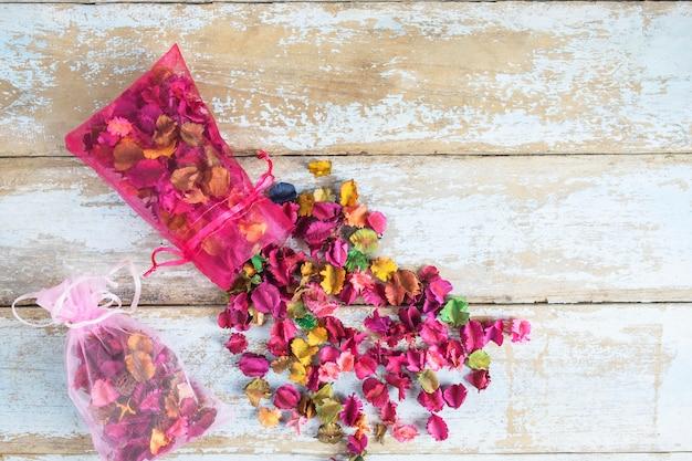 花の香水バッグ、ウッドの背景